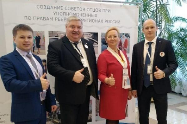 Сергей Большаков (второй слева) на форуме отцов в Екатеринбурге