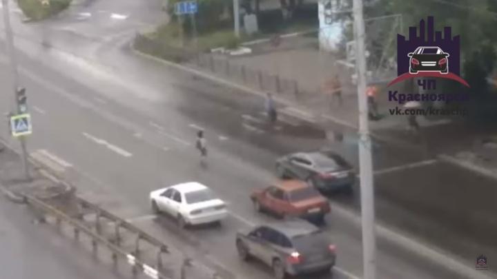«Протащил на капоте и уехал»: сбившего ребенка водителя ищет ГИБДД
