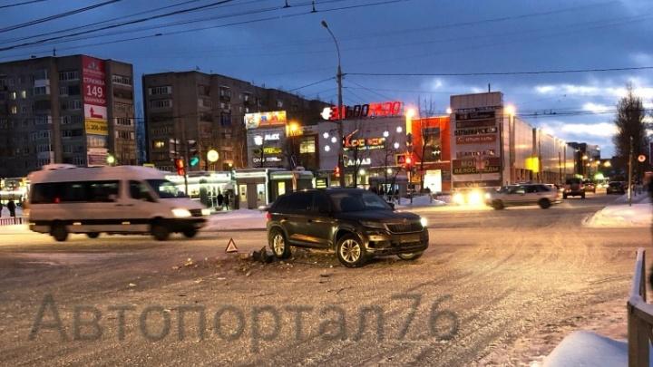 «За рулём была женщина!»: в Ярославле ищут водителя на белой «Тойоте», скрывшегося после ДТП