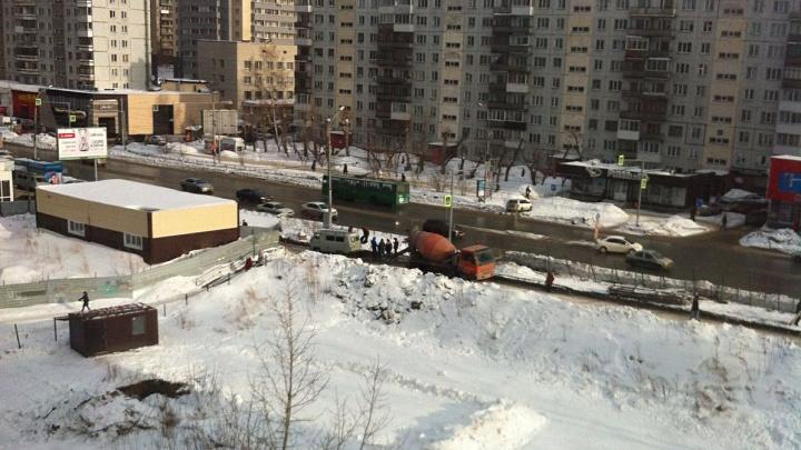 На улице Бориса Богаткова пропал тротуар — тут построят новый ТЦ