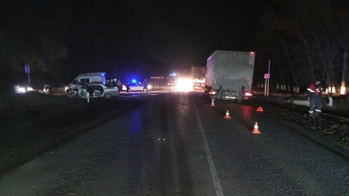 В Ростовской области «Волга» выехала на встречку и врезалась в грузовик