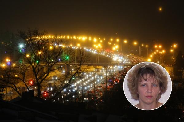 Женщина ушла из дома поздно вечером, когда на улице было уже темно