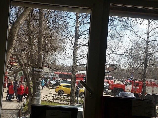 К магазину приехало свыше 40 спасателей