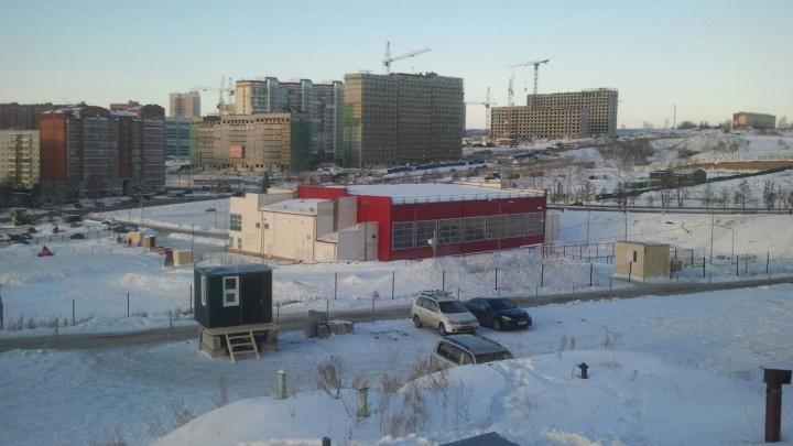 На месте под строительство спорткомплекса в «Солнечном» открыли стоянку