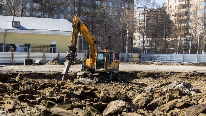 Строители перекопали главную площадь в Центральном парке — теперь там груда камней