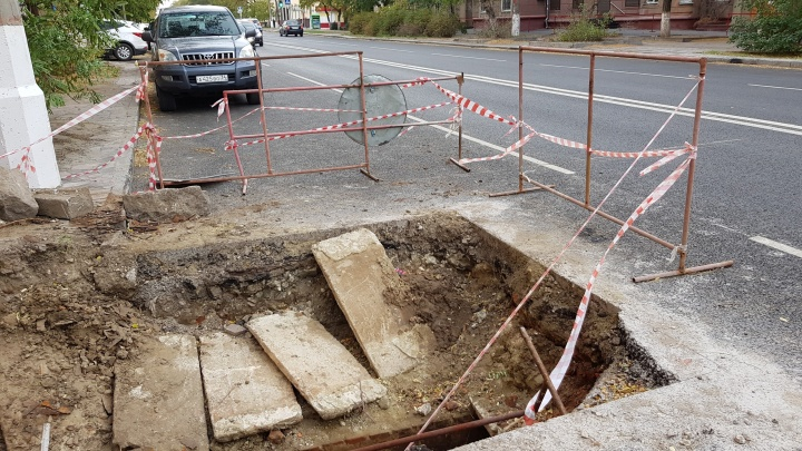 Снова яма: в центре Волгограда продолжают вскрывать новый асфальт улицы Советской