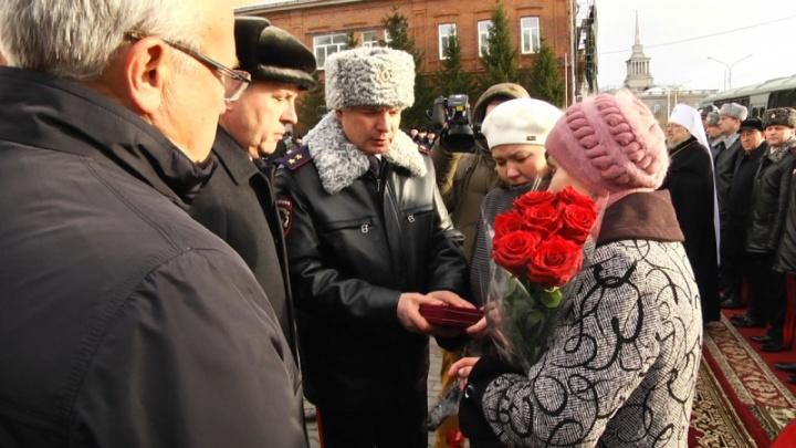 Полицейского, который заслонил от пули девушку, посмертно наградили орденом Мужества