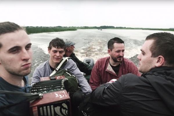 Участники творческого объединения «Под облаками» уже четыре года приезжают в Архангельскую область и помогают восстанавливать деревянные храмы. Теперь они проведут свой первый фолк-кемп на Русском Севере