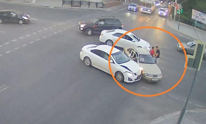 ДТП на перекрестке в центре Волгограда продолжилось дракой водителей — видео