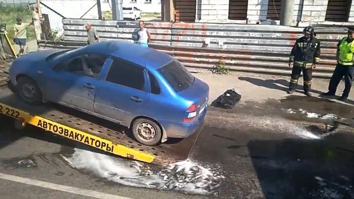 В Челябинске у легковушки во время движения отвалился бензобак