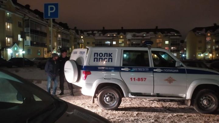 «Четыре машины, полицейских человек десять»: рассказываем, за что в Академическом задержали людей