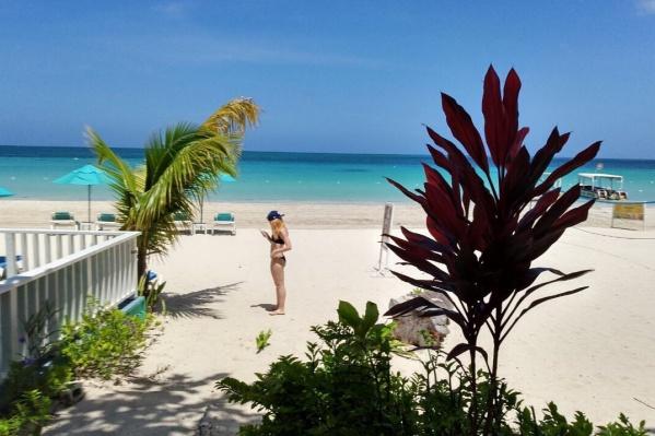 Туристов на Ямайке поражает удивительное сочетание цветов: бирюзовая вода и белый песок