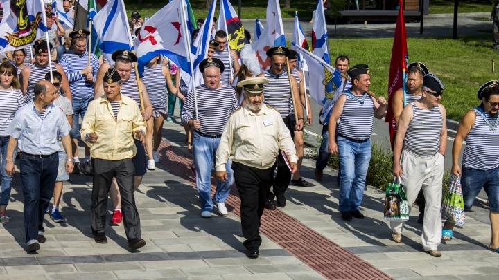 Фото: сотни моряков устроили шествие по набережной Новосибирска