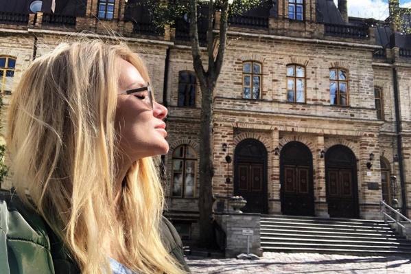 Девушка сфотографировалась на фоне старого замка вельмож