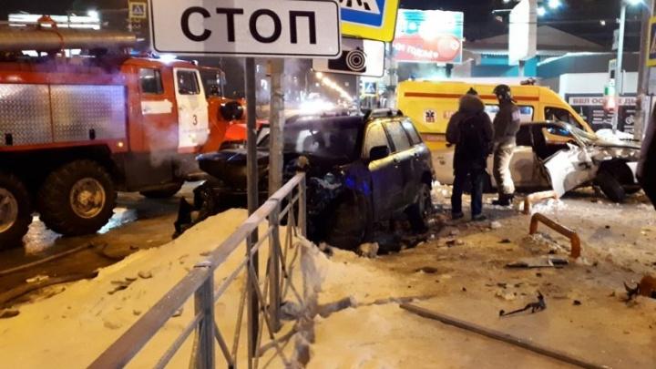 «Валялись на обочине»: две иномарки столкнулись в Октябрьском районе