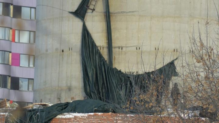 Башня «раздевается»: с вышки в центре Екатеринбурга сдуло «траурный чулок»