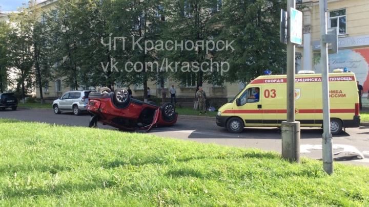 Водитель «Тойоты» перевернул «Мазду» на перекрёстке