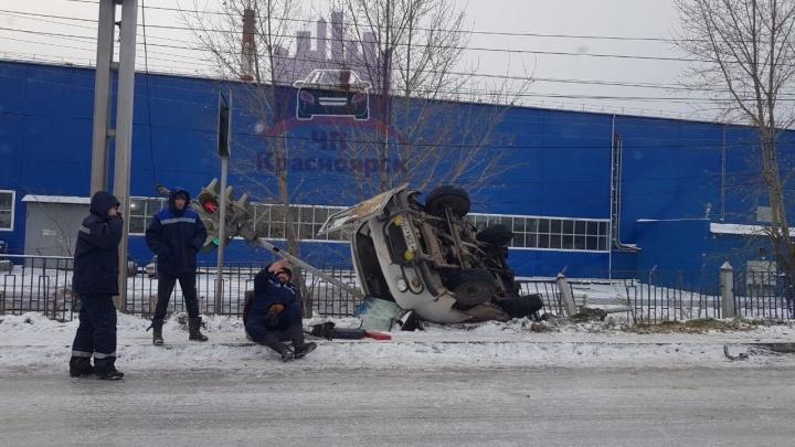 «Резина-летучка»: УАЗ перевернулся на скользкой дороге на Пограничников и снёс светофор