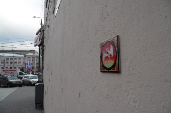 Новая работа таинственного художника размещена на одном из домов на площади Свободы