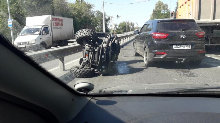 «Прилег» набок: на Красноглинском шоссе проезжую часть не поделили КАМАЗ и квадроцикл