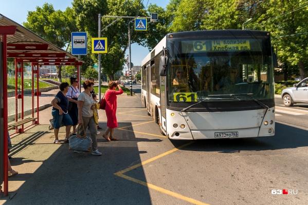 Автобус № 61 возит пассажиров от ТЦ «Колизей» до Хлебной площади по самому живописному маршруту — через набережную