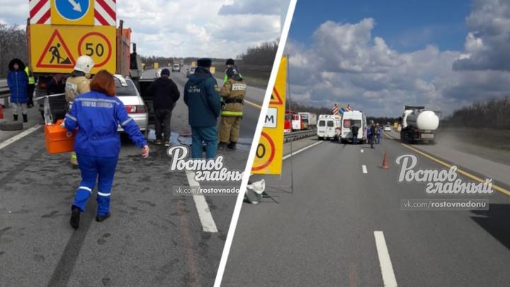 В Ростовской области на трассе легковушка влетела в грузовик дорожных рабочих