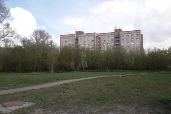 Поликлинику хотят построить на пустыре между жилыми зданиями