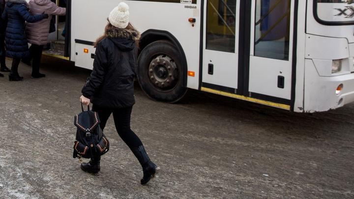«Автобуса нет две недели»: жители Пашино попали в утреннюю давку на маршруте до площади Калинина