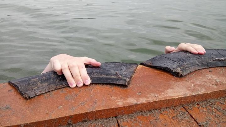 9-летний мальчик отцепился от катамарана и скрылся в воде под Новосибирском
