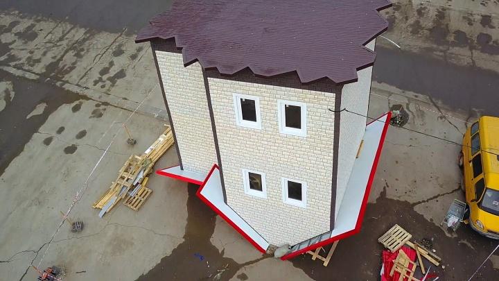 Возле ТЦ «Парк Хаус» построили дом-перевертыш