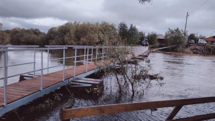 В селе Филькино отремонтировали конструкцию моста, который накануне снесло течением реки Каквы