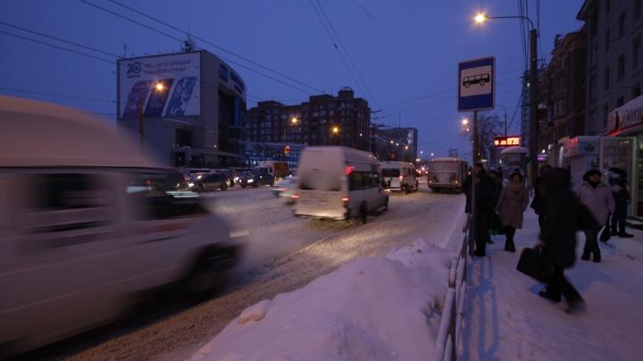 Каша на дорогах, десятки ДТП и добровольцы с лопатами: челябинцы закончили рабочую неделю в пробках