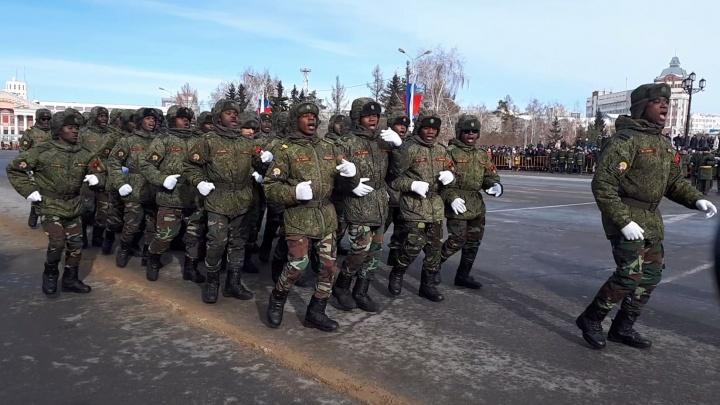 На параде в центре Омска строем прошли курсанты из Африки