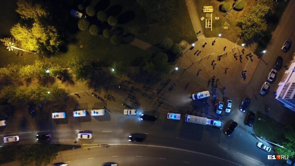 Посмотрите, сколько машин полиции!