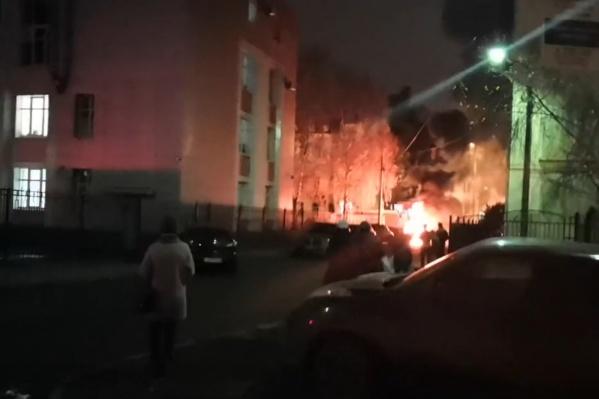 Машина вспыхнула и быстро загорелась ярким пламенем