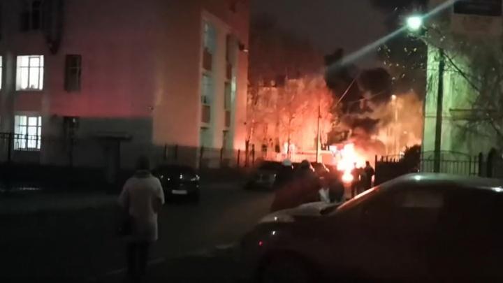 Сгорел, как спичка: на парковке в центре Ярославля вспыхнул автомобиль