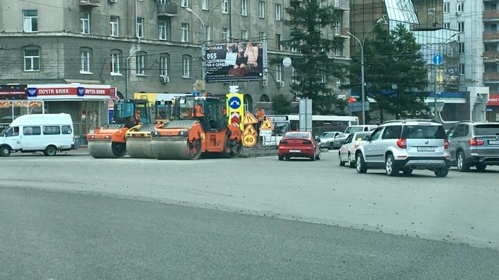 Дорожники начали кругами укладывать асфальт на площади Калинина