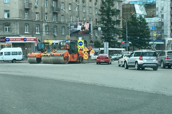 Дорожная техника на пл. Калинина днём 7 августа