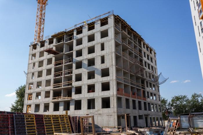Будущая синяя высотка пока серая, она станет финальным домом жилого комплекса «Малевич»