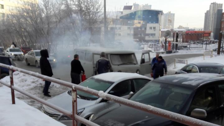 На парковке на улице Орджоникидзе вспыхнула машина
