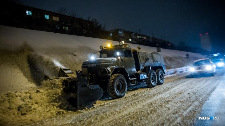 Вынужденная мера: в мэрии Новосибирска объяснили, почему маленький парк забросали грязным снегом