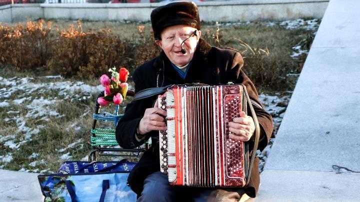 Видео дня. Дедушка-музыкант поет свою песню про Нижний Новгород