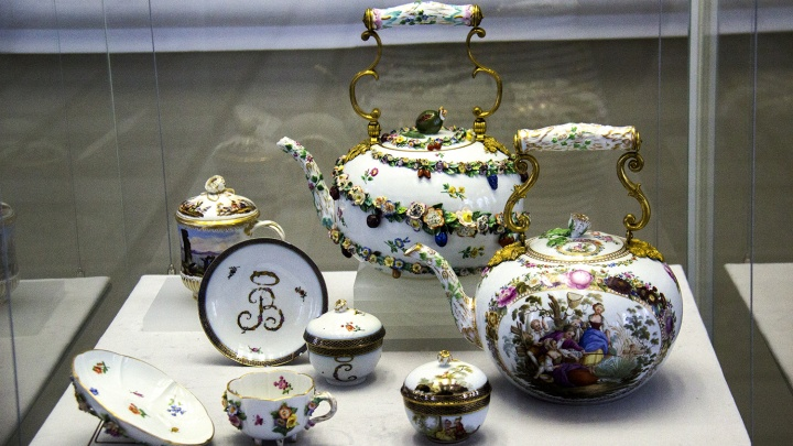 В краеведческом музее показали 500 старинных чашек и чайников