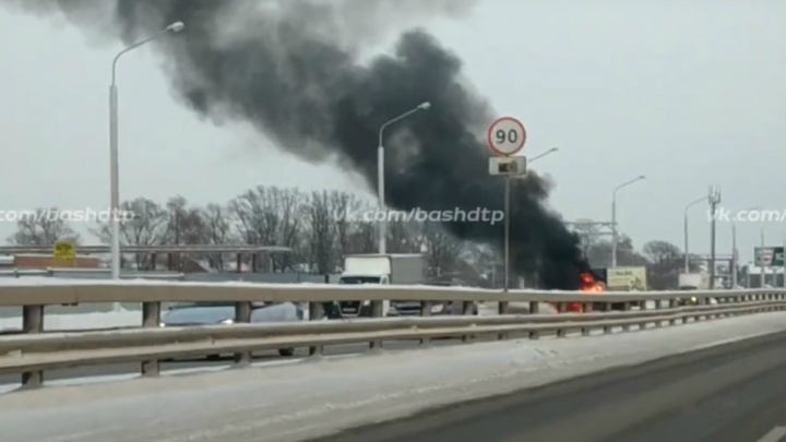 В Уфе сняли на видео горящую грузовую «Газель»