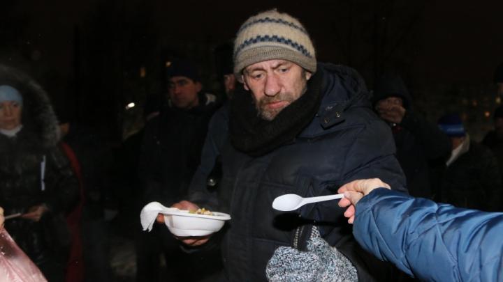 Тарелка супа как шанс изменить жизнь: кто и зачем кормит бездомных и стариков на улице Северодвинска