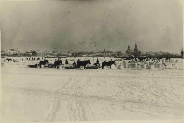 Екатеринбургский Городской пруд. Заготовка льда для погреба, чтобы хранить продукты летом