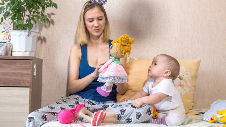 «От безысходности я взяла в руки спицы»: мать-одиночка из Самары вяжет, чтобы прокормить дочь