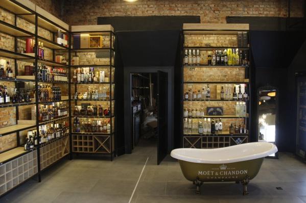 Ванна доступна для селфи, но оптовый покупатель одноименного шампанского сможет забрать её с собой