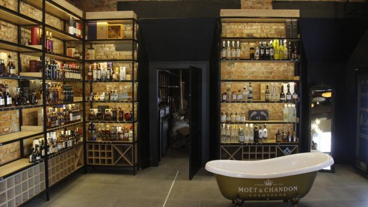 Музыканты из Москвы открыли в Новосибирске винотеку с секретным входом и ванной для шампанского
