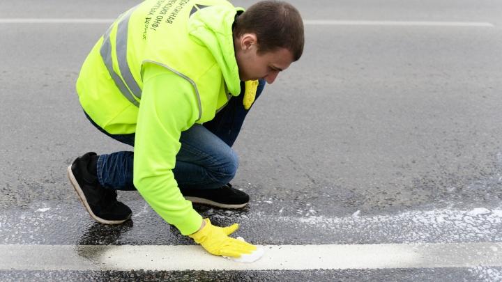 Общественники показали «убитые» дороги и помыли шампунем разметку у «Волгоград Арены»: фоторепортаж